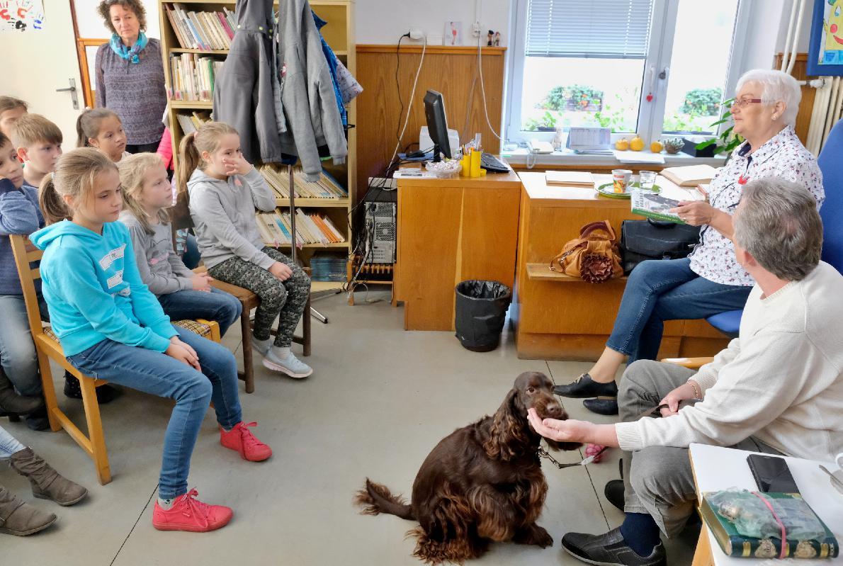 V knižnici čítali aj diskutovali so spisovateľkou, ktorá prináša psie príbehy