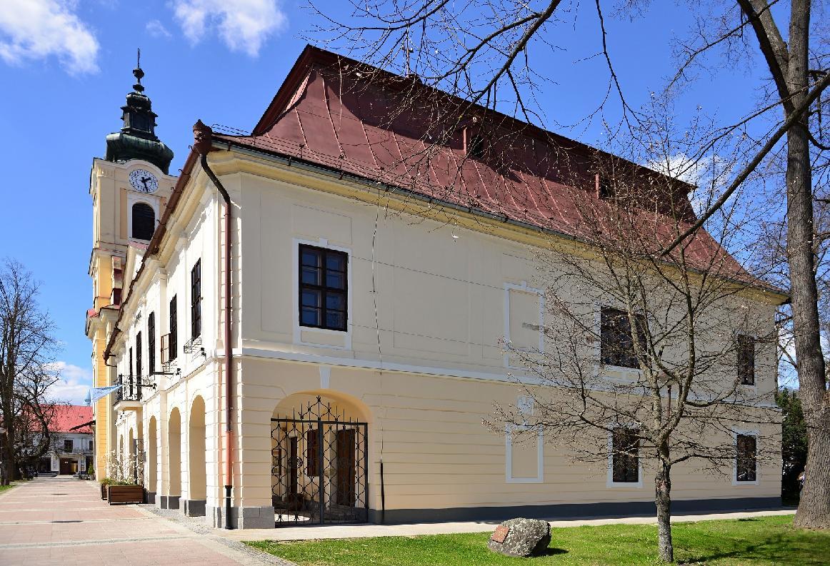obr: Breznianska samospráva obnovila poškodenú fasádu  z východnej strany historickej radnice