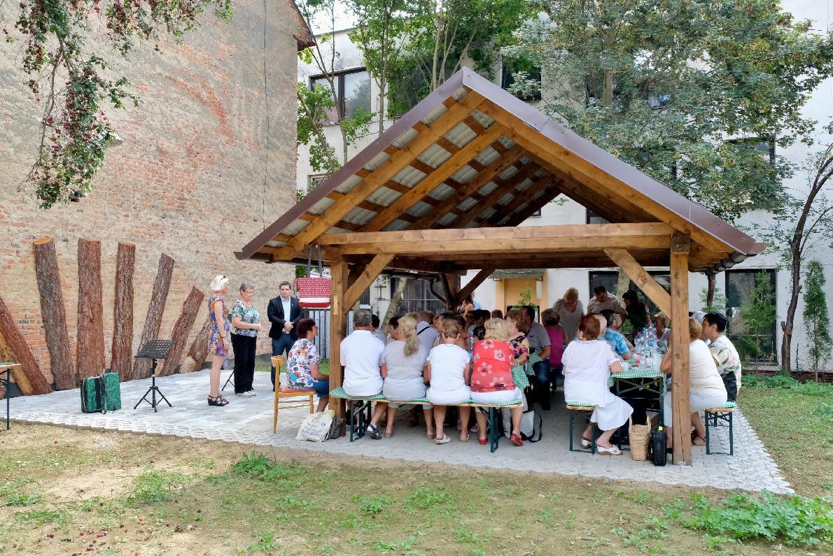 Seniori z Prameňa sa opäť začínajú venovať aktivitám, zatiaľ len v priestoroch záhrady