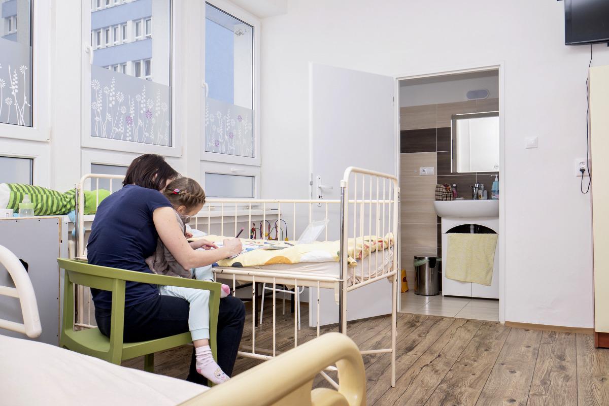 Hospitalizovaným novorodencom s matkami sa snažia v nemocnici vytvoriť takmer rodinné prostredie