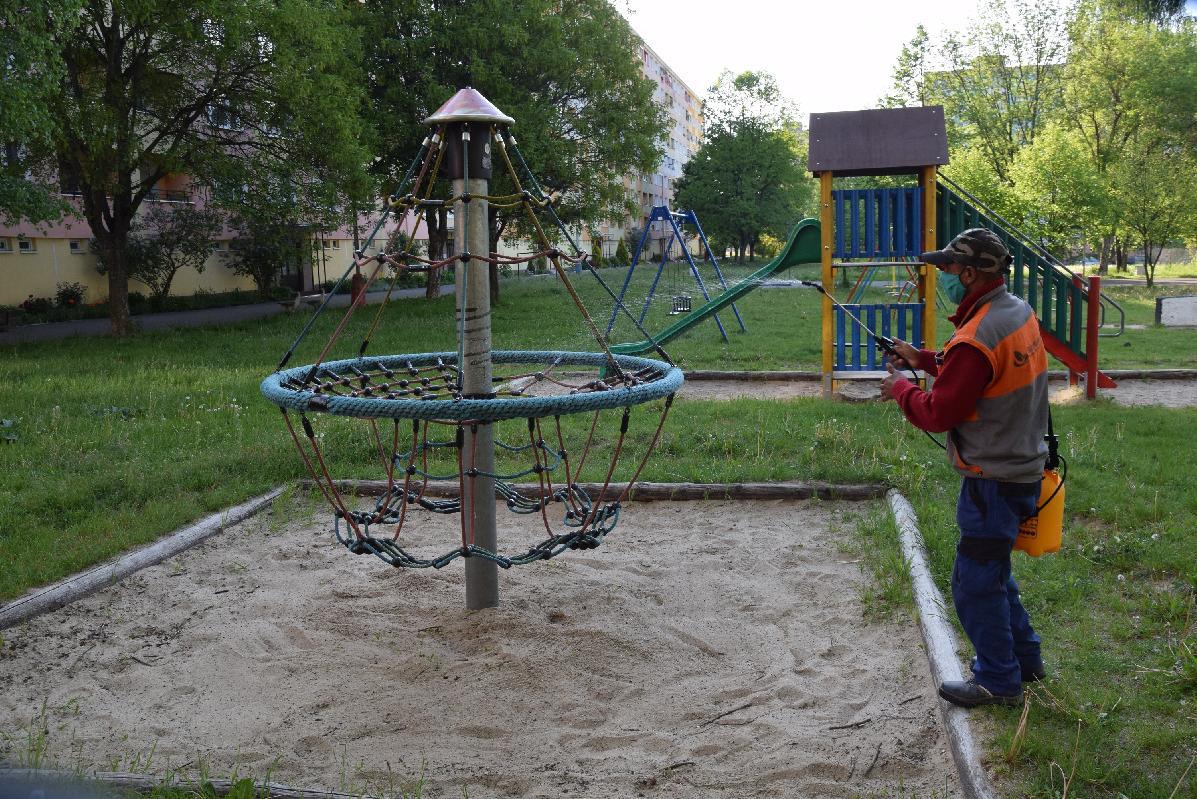 Technické služby Brezno dezinfikujú detské ihriská