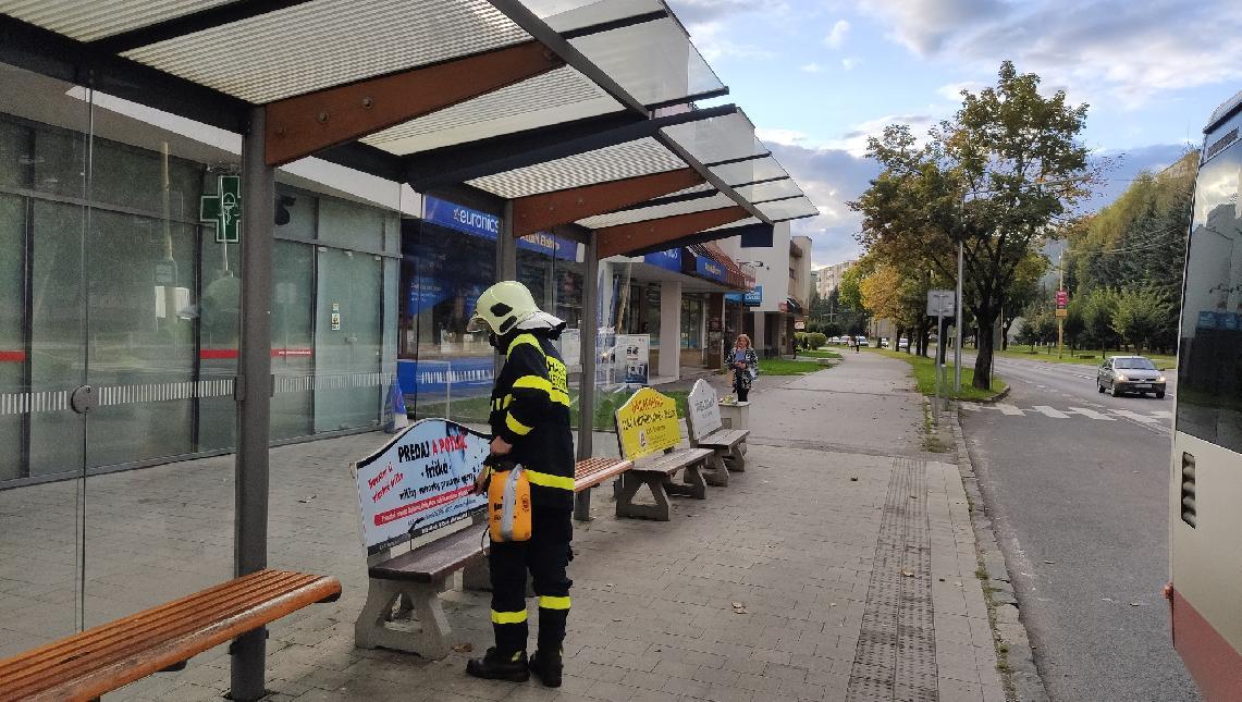obr: Dobrovoľní hasiči dezinfikovali autobusové zastávky