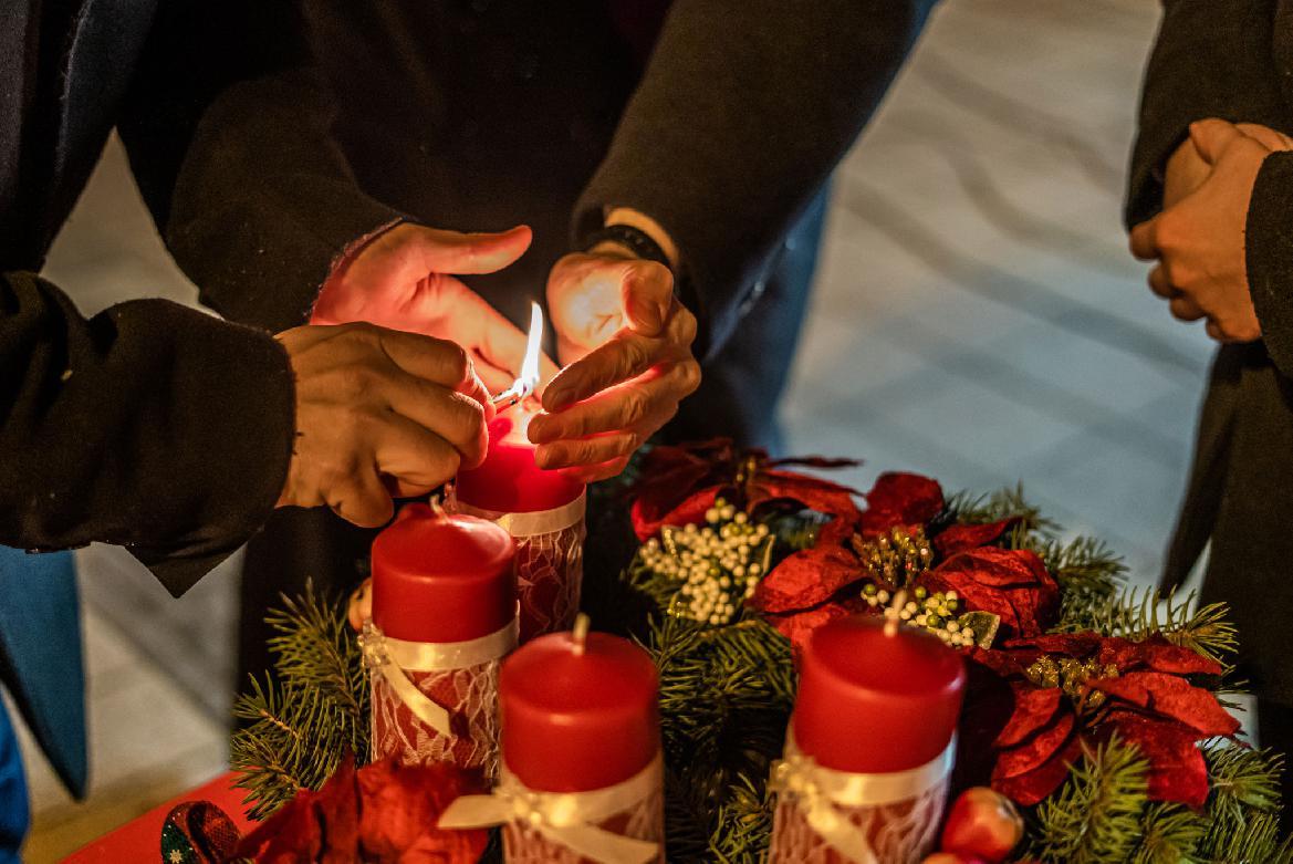 Na námestí rozsvietili prvú adventnú sviečku