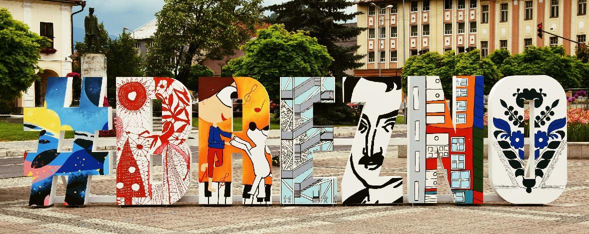 obr: Veľký trojrozmerný nápis s názvom mesta už víta aj návštevníkov Brezna