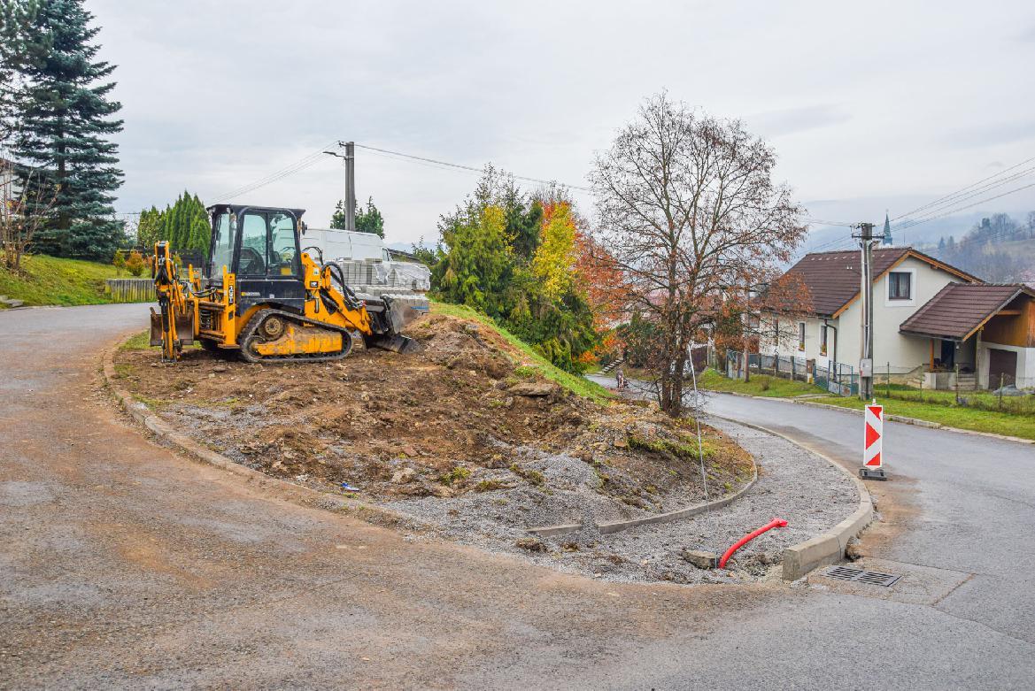 Poškodených ciest a chodníkov je v Brezne opäť o čosi menej
