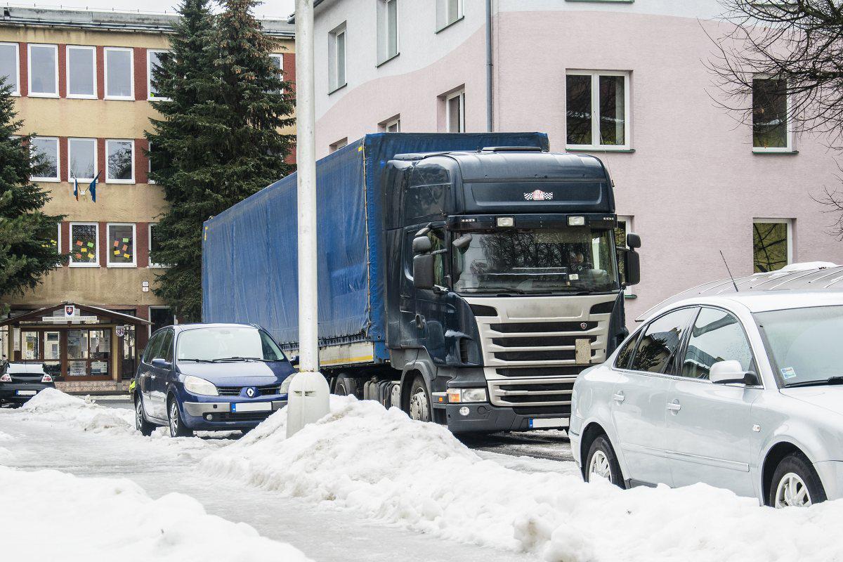 obr: Vodiči nákladných vozidiel nad 3,5 tony pozor! Na parkovanie využívajte plochy na to určené