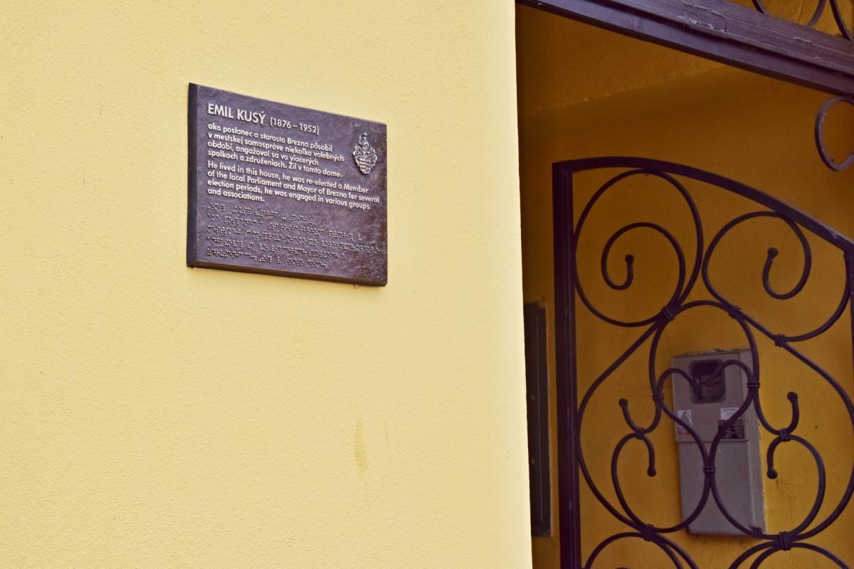 obr: Na historických budovách v Brezne pribudli pamätné tabule venované Jánovi Čipkayovi a Emilovi Kusému