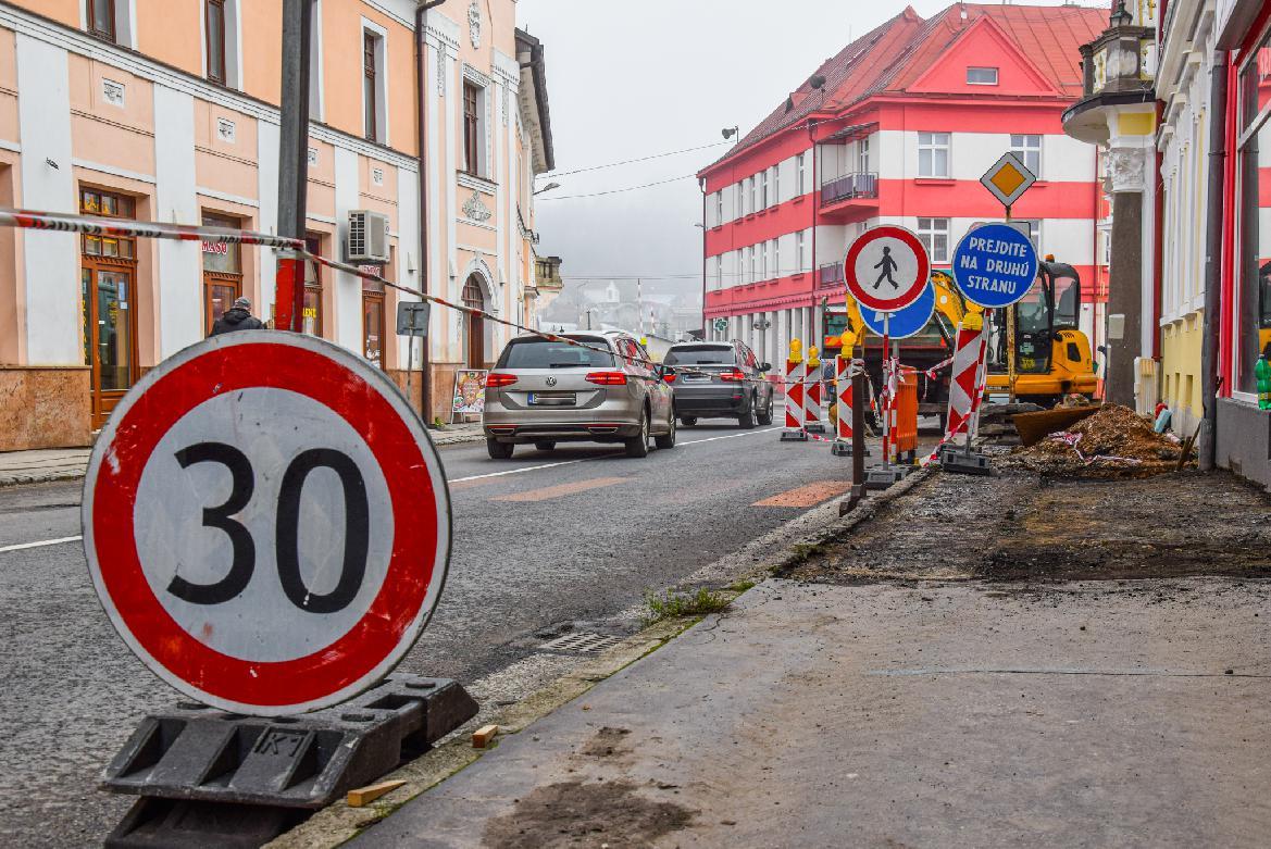 Opravujú chodník na Kuzmányho ulici