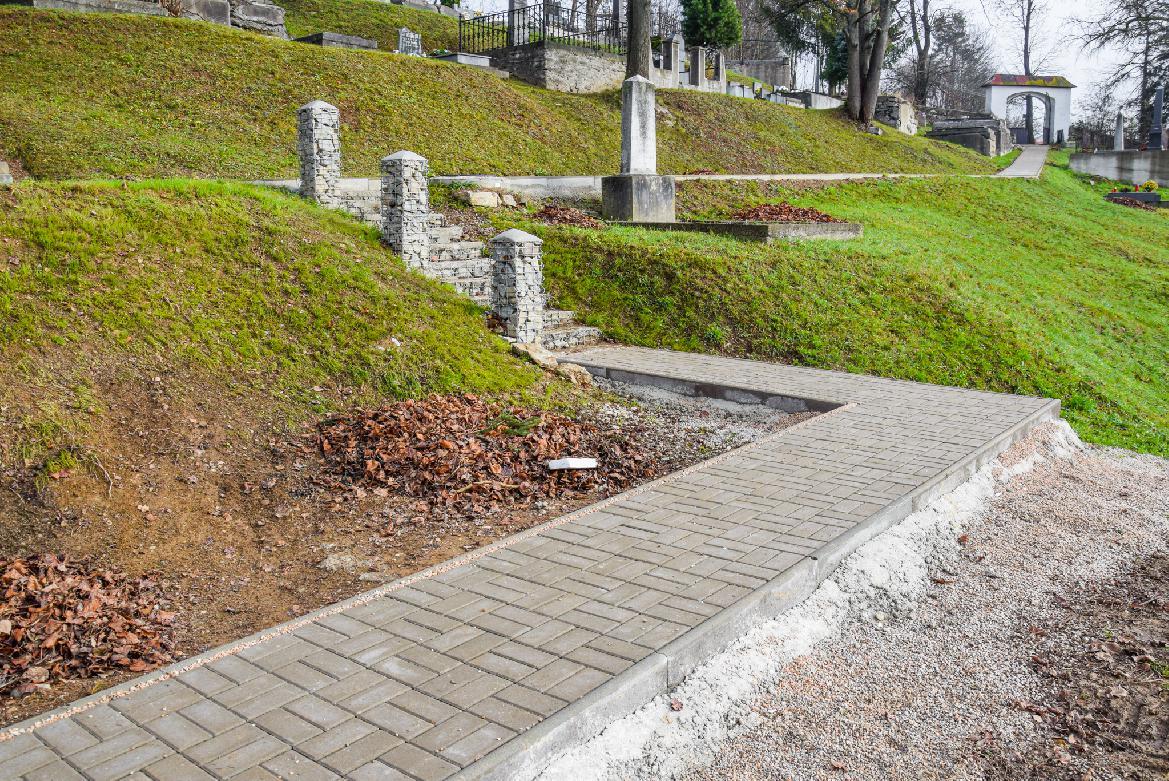 Na starom cintoríne dokončili nový chodník