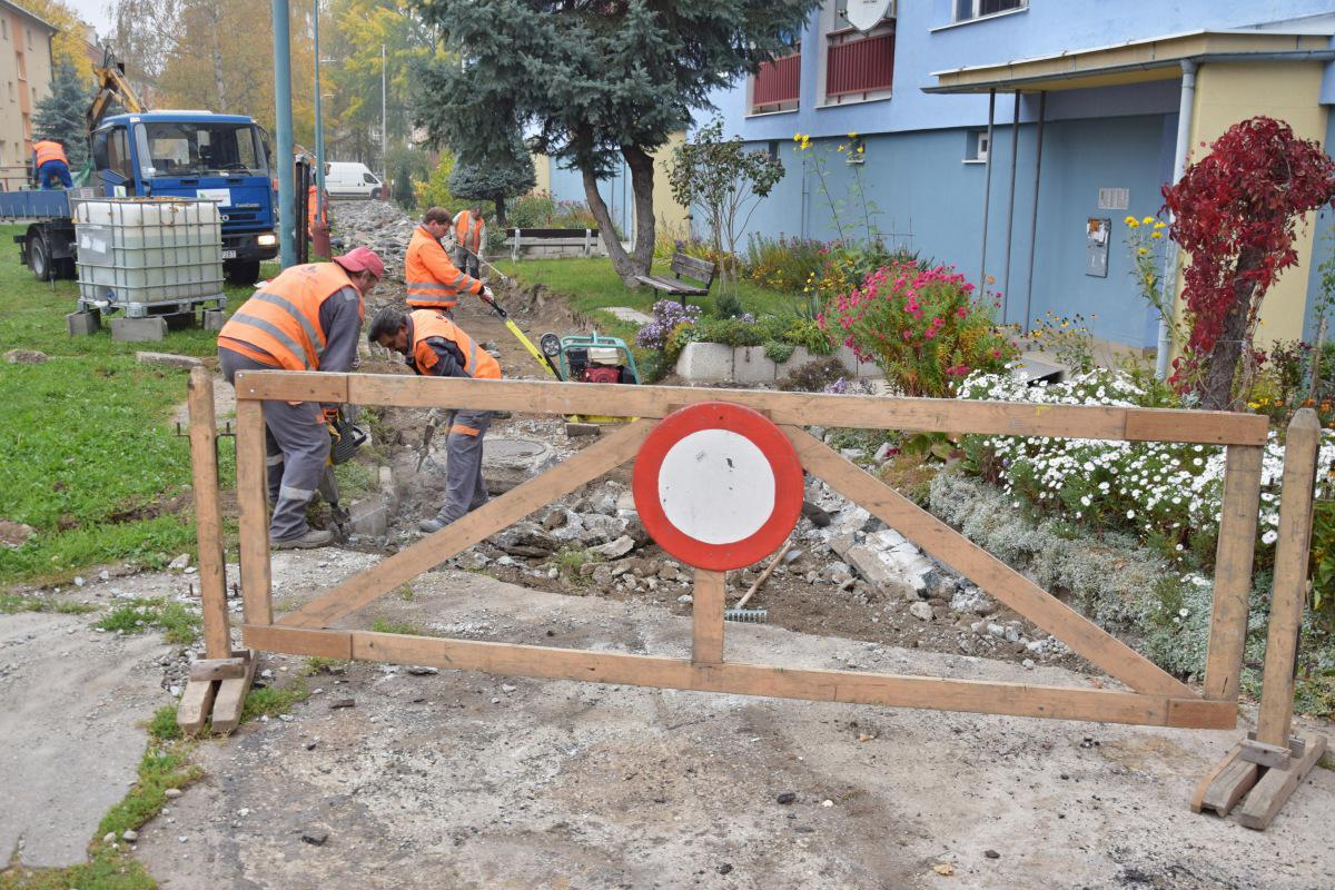 obr: Oprava prepadnutého chodníka na Malinovského ulici