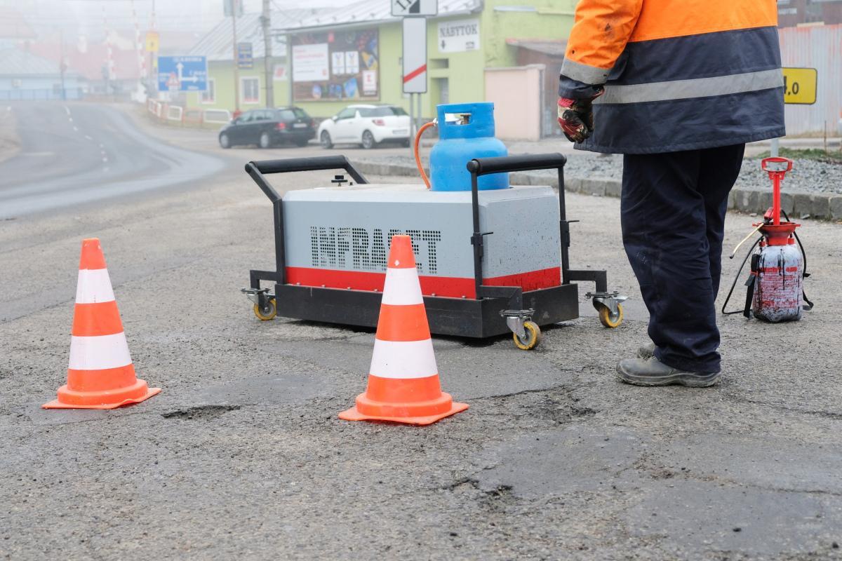 obr: Novinka v Brezne! Oprava výtlkov na cestách pomocou infražiariča