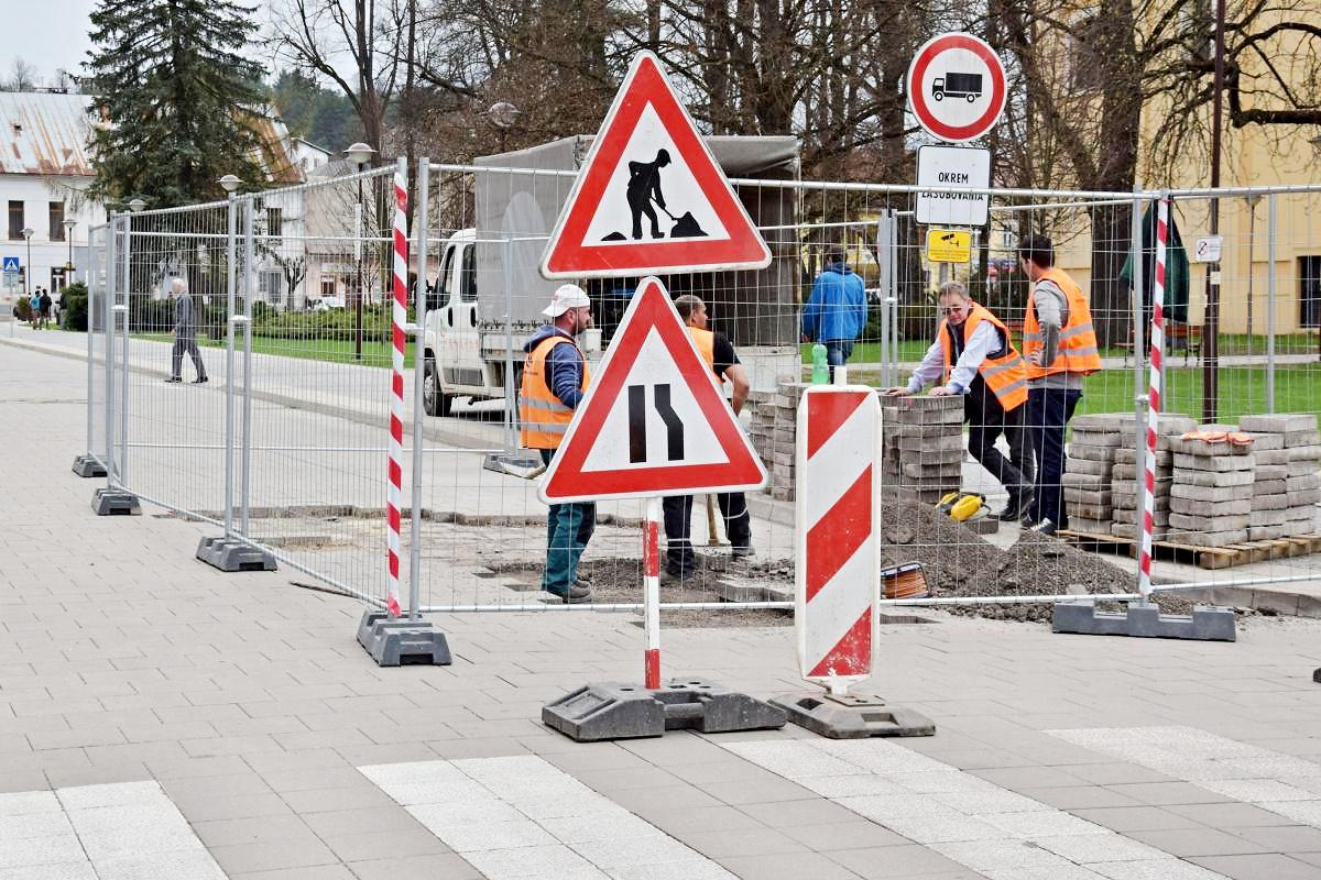 obr: Na námestí opravujú poškodené časti vozovky