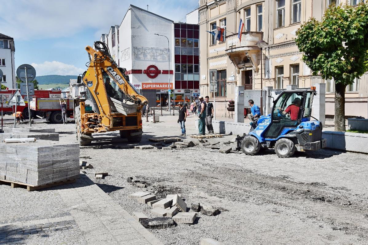obr: Mesto komplexne opravuje cestu na severnej časti námestia