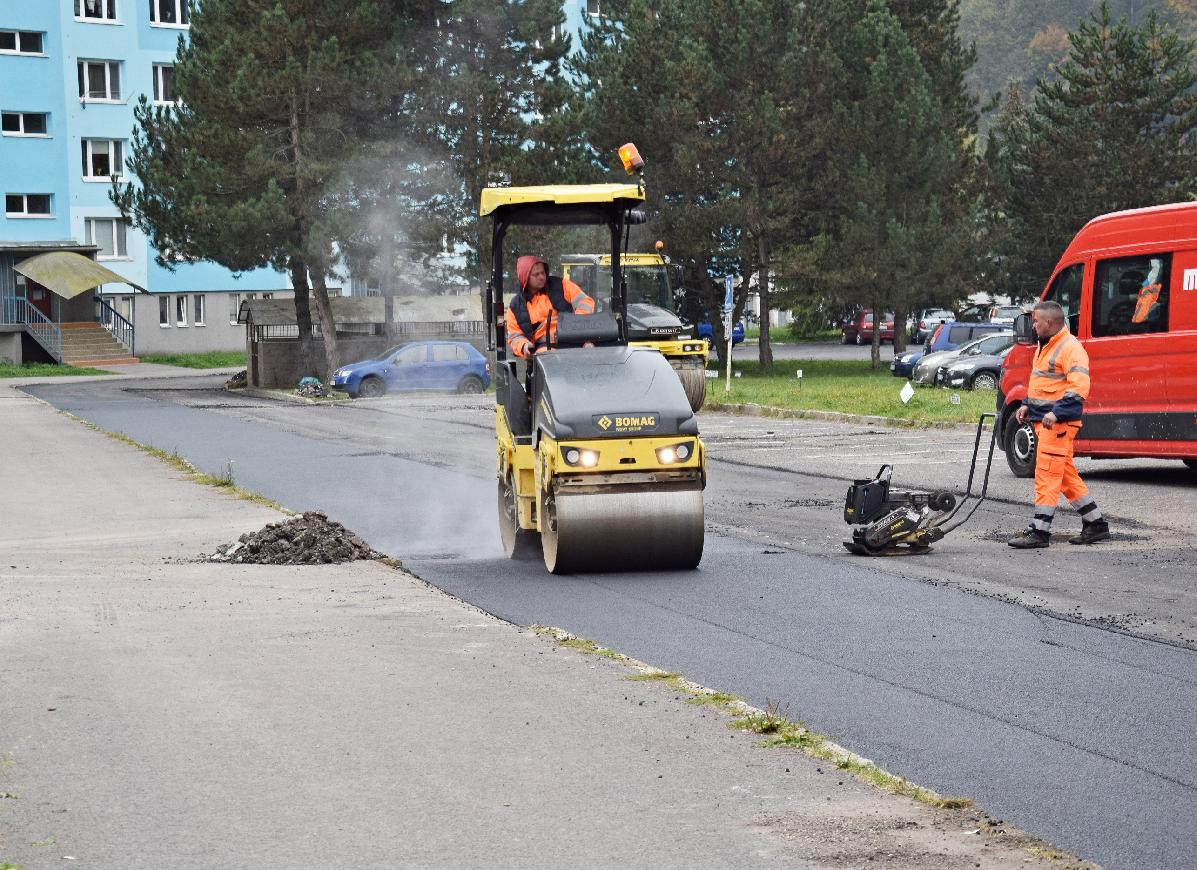 Oprava miestnych komunikácií v Brezne. Niektoré cesty sú už vyasfaltované