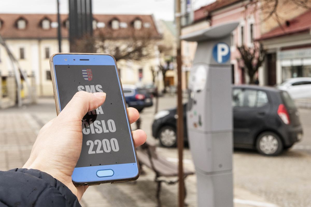 obr: Parkovať cez SMS sa dá už aj v Brezne