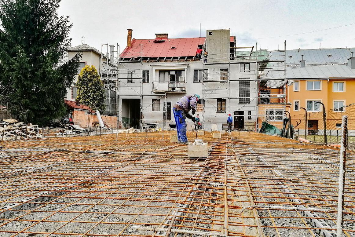 obr: Práce na výstavbe nového Domova pre seniorov a denného stacionára v Brezne sú v plnom prúde