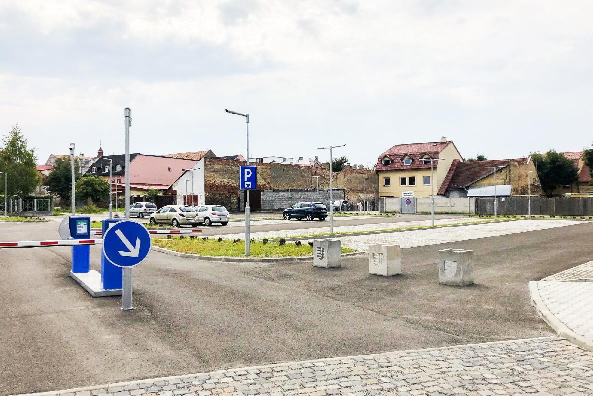 V Brezne je možné parkovať prvých tridsať minút zadarmo