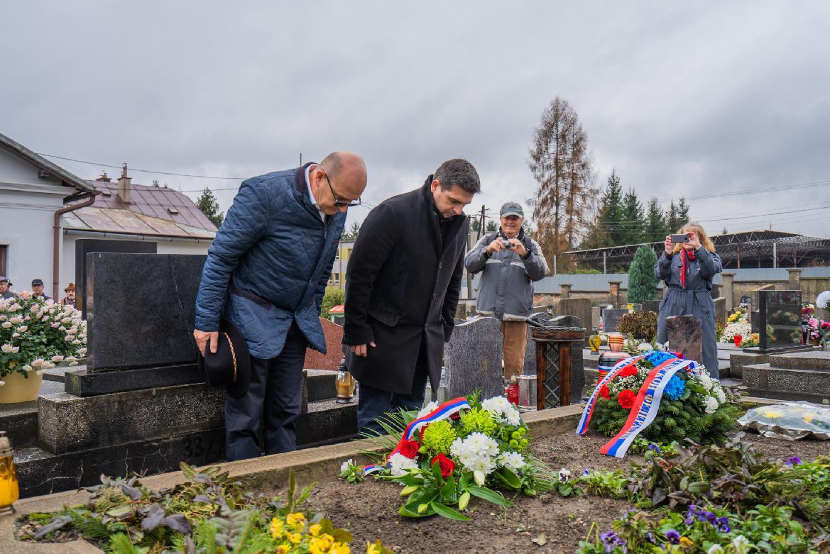 Hrsť zeme z masového hrobu Červenej armády  na novom cintoríne v Brezne poputuje do Ruska