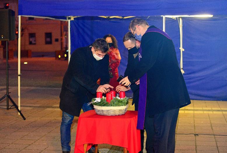 Rozsvietenie prvej adventnej sviečky na námestí mohli ľudia sledovať online