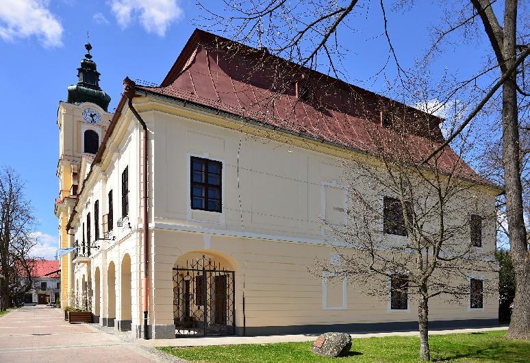 Breznianska samospráva obnovila poškodenú fasádu  z východnej strany historickej radnice