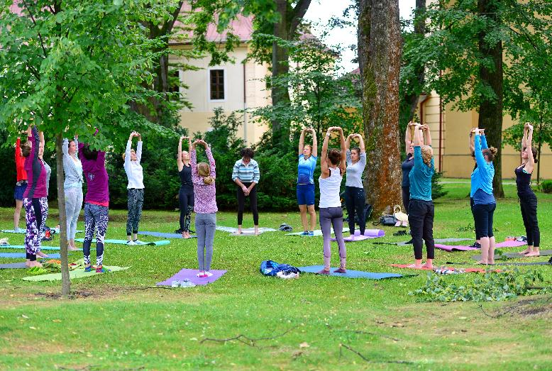 Zacvičte si vnedeľu jogu vmestskom parku