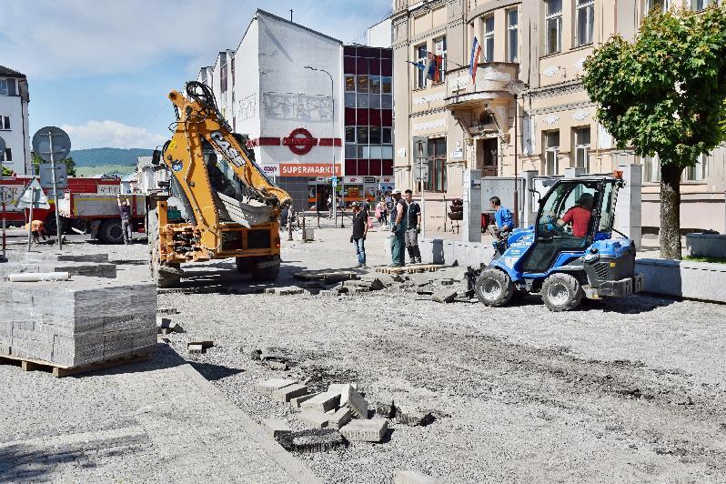 Mesto komplexne opravuje cestu na severnej časti námestia
