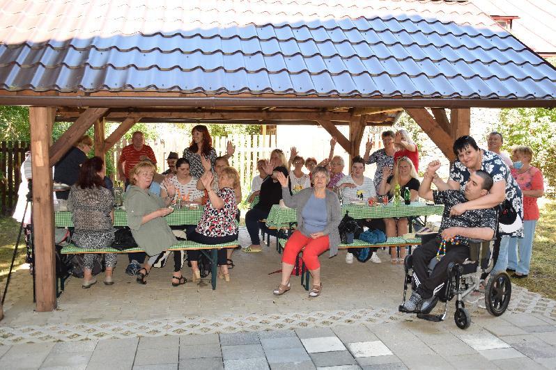 V záhrade pri Prameni sa po dlhšom čase opäť stretli klienti denného centra
