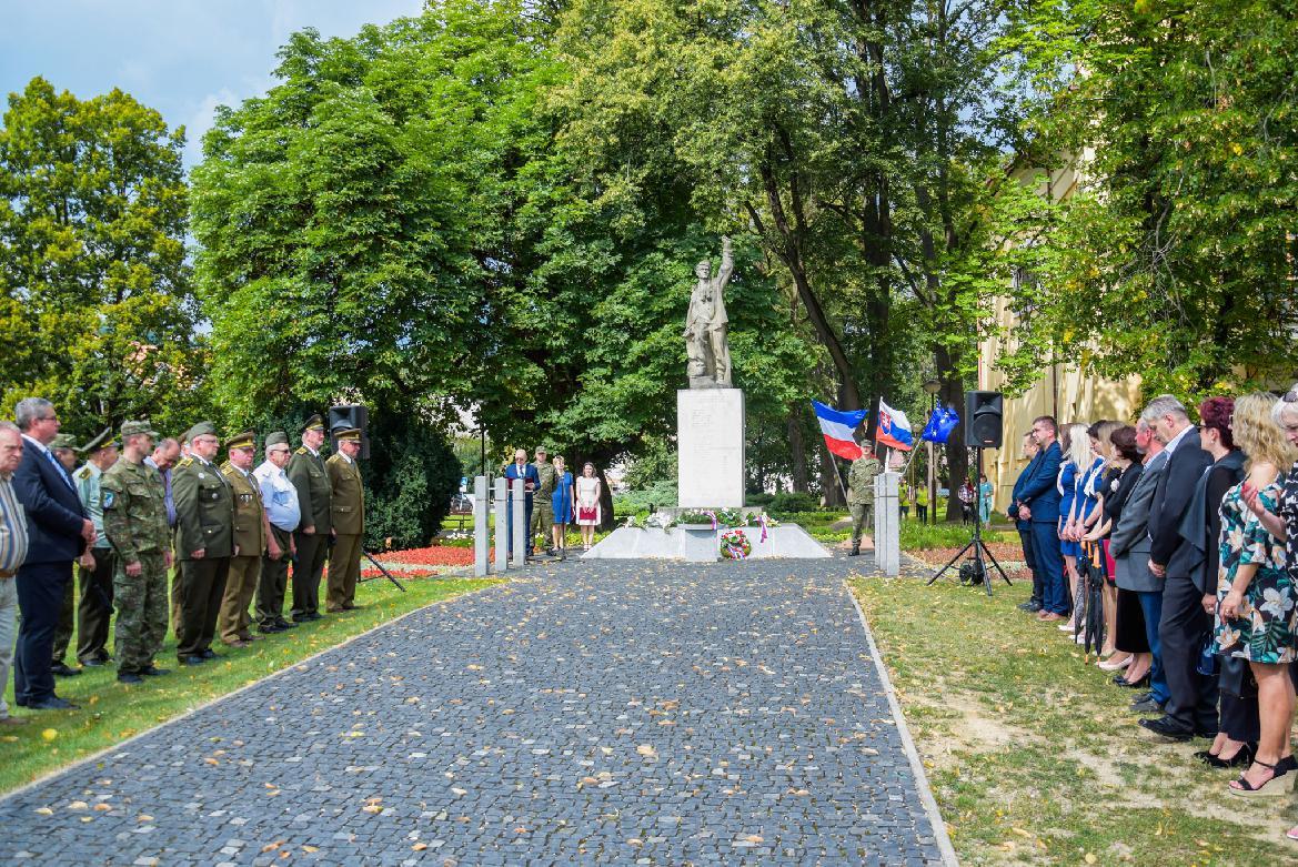 obr: S úctou avďakou si aj vBrezne pripomenuli 75. výročie Slovenského národného povstania