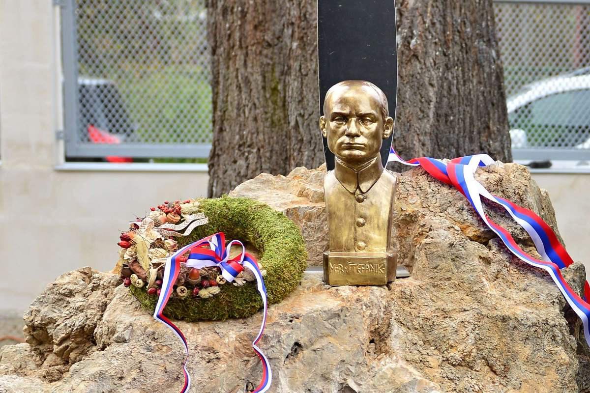 obr: V Brezne počas osláv vzniku Československa odhalili Štefánikovu bustu