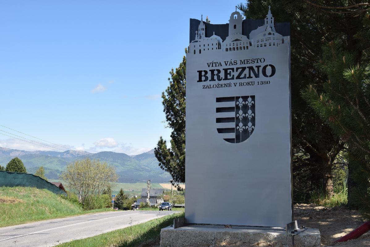obr: Pri vjazde do Brezna už návštevníkov vítajú originálne vstupné tabule