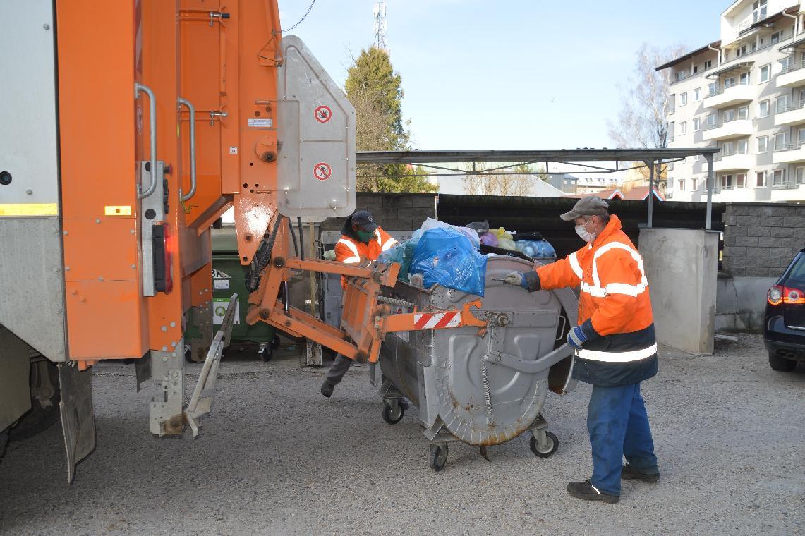 Odpad neukladajte vedľa kontajnerov. Techničiarov tak pri ďalšej manipulácii nevystavíte riziku nákazy