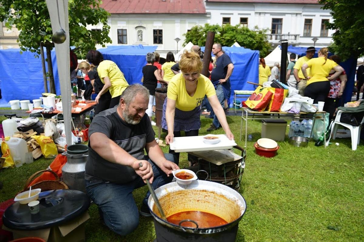 Na breznianskom námestí pre vás v sobotu uvaríme viac ako 500 litrov guláša
