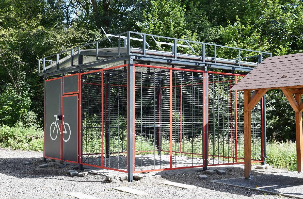 obr: V Brezne vybudovali prístrešky pre bicykle, ktoré sa nachádzajú v blízkosti budúcich cyklotrás