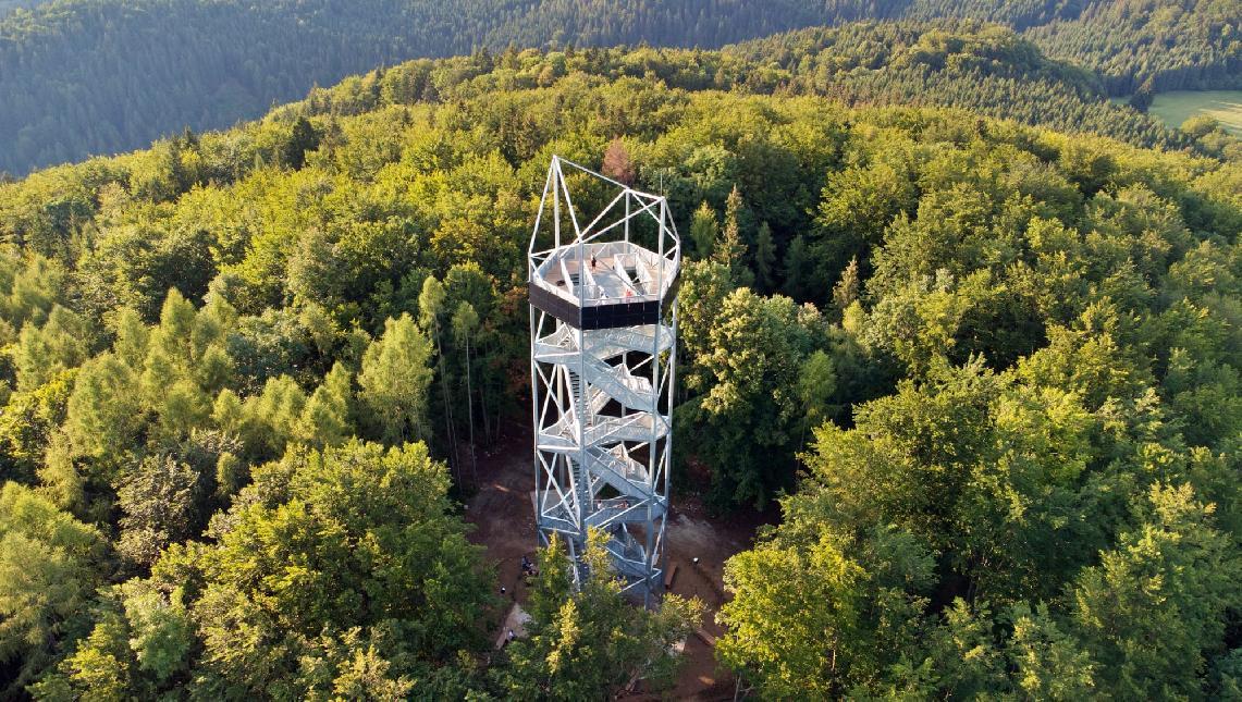 obr: V mestskej veži v Brezne vyrastie komín, ktorý sa tam už historicky nachádzal