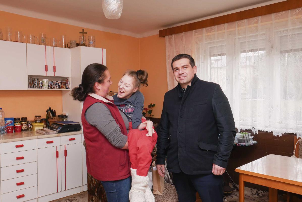 obr: Výťažok z fašiangových osláv v Brezne primátor odovzdal Simonke