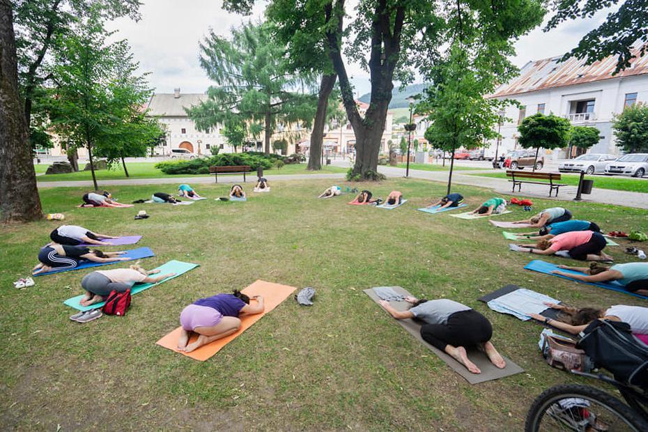 Zacvičte si v nedeľu jogu v mestskom parku