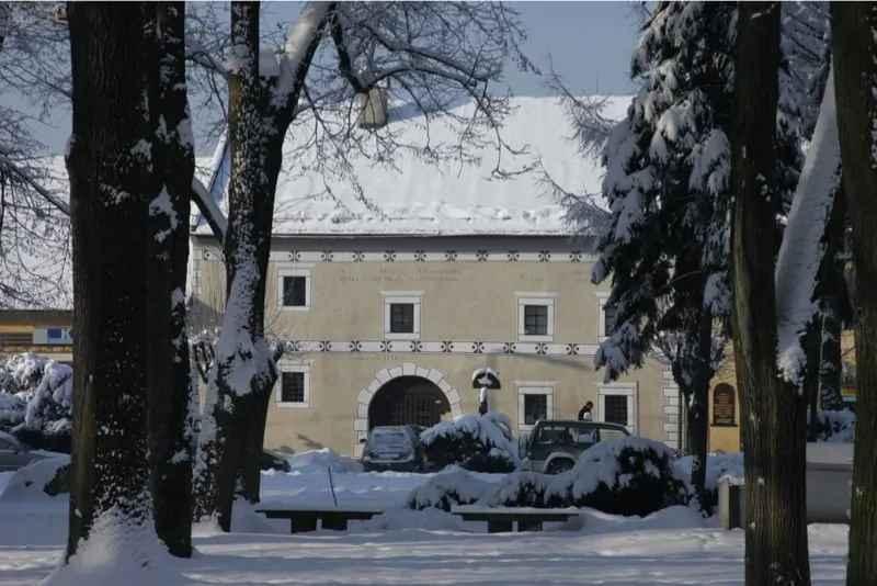Horehronské múzeum vBrezne je zatvorené, no život vňom nezastal